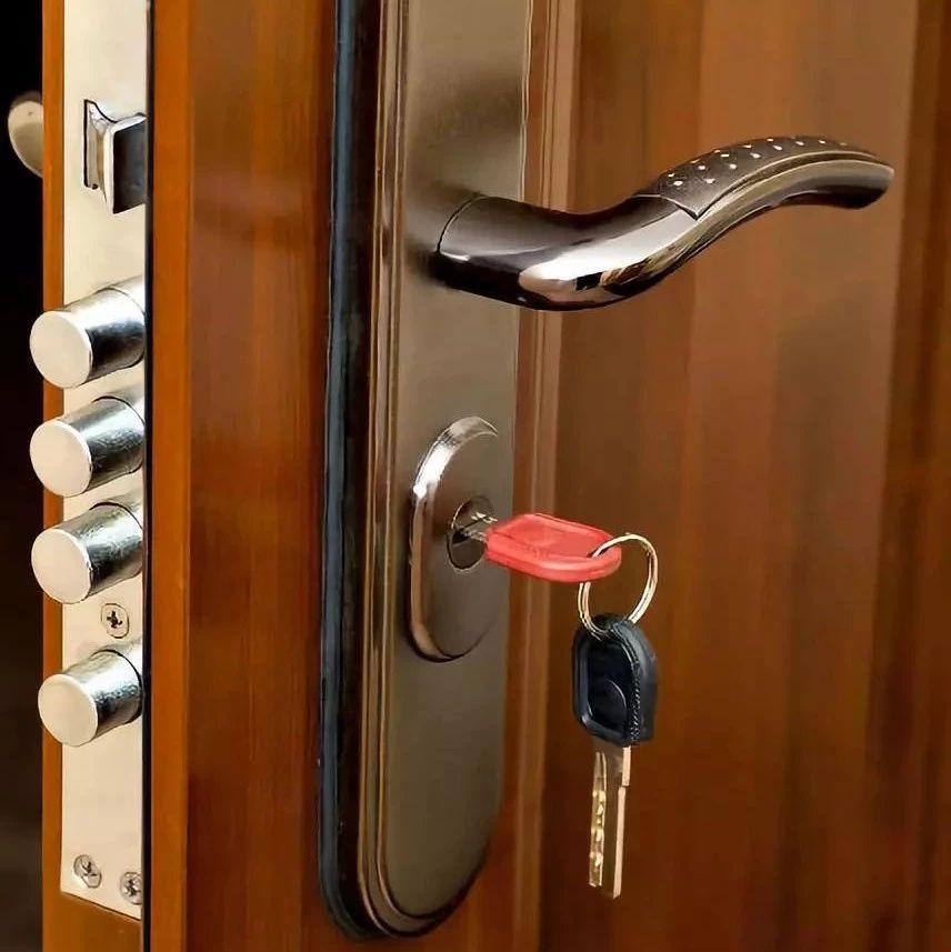 紧急提醒:晚上睡觉前,一定要在门里面插把钥匙(视频)