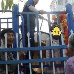 孙女头卡护栏大哭,奶奶和路人一边说一边笑网友:亲生的(视频)