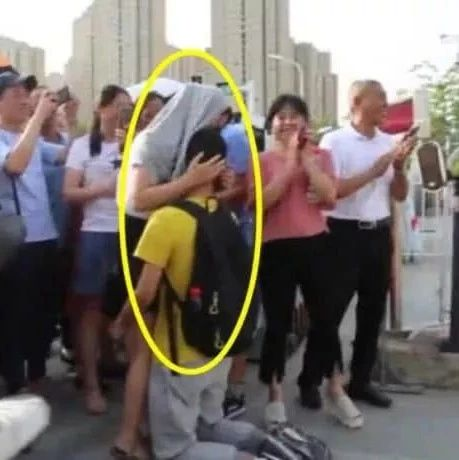热搜第一!跪谢母亲考生高考分数出来了妈妈:他不满意我满意(视频)