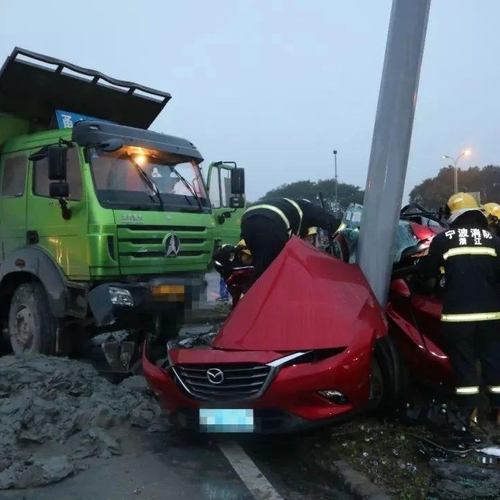 惨烈!轿车被大货车撞成废铁!原因竟然是...