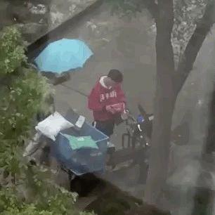 快递小哥冒雨送货竟被偷,暴哭20分钟后发生的事暖到了所有人...