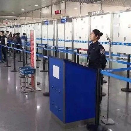 机场安检男子面露诡异微笑,一查嘴里竟然藏着这个!