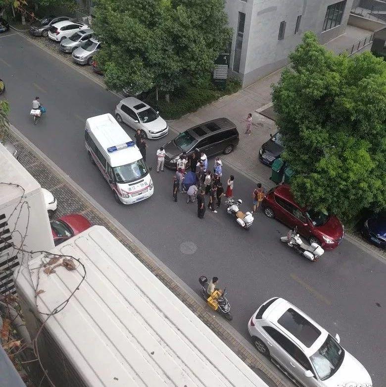 网友楼下挪了个车,可过了20分钟手还在抖,救下了两个孩子的命!