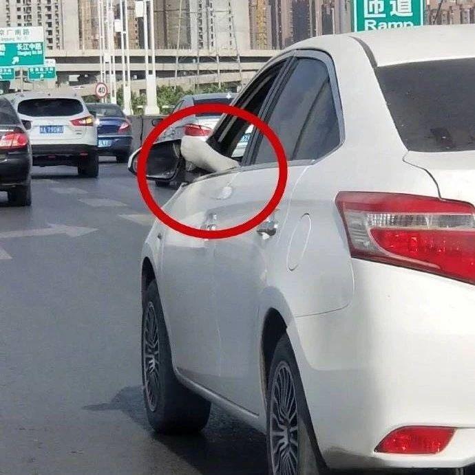 【1041新闻眼】郑州街头现今年开车最火姿势!脚在窗外,人还在开车...