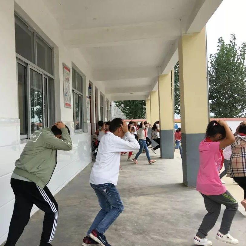 武穴教育系统举行防空应急疏散演练活动