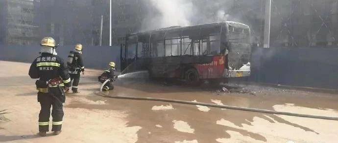 今天上午,武穴一辆公交车突然发生自燃……