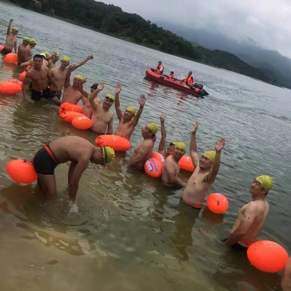 赞!武穴冬泳协会畅游荆竹水库1000米……