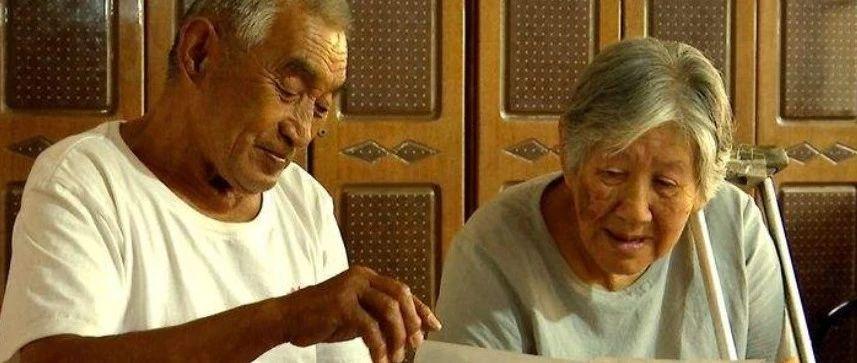 当他讲起当年的故事,80多岁的妻子眼中满是崇拜的目光