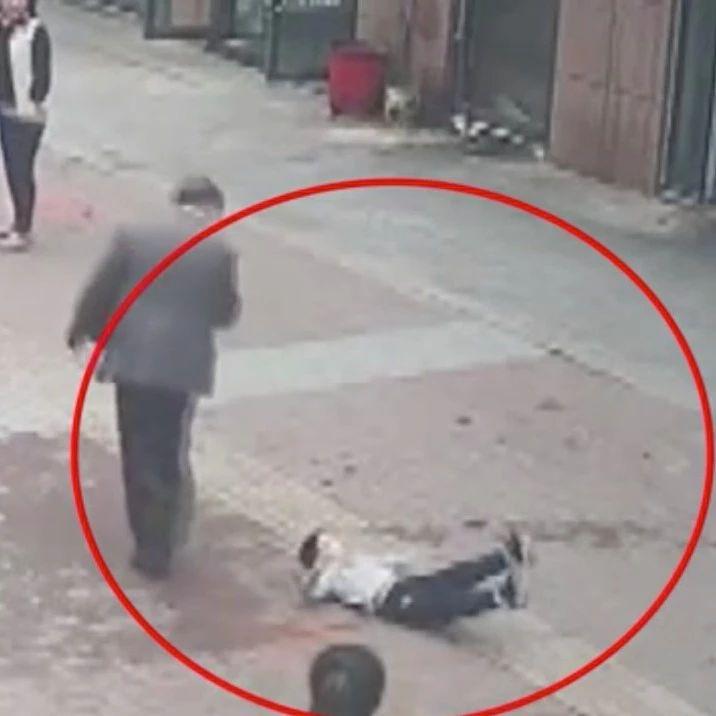 太�^分!4�q男童被老人打倒在地,只因�檎f了�@句�……
