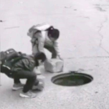 下水道没井盖,路过的两位小朋友做了这个决定→