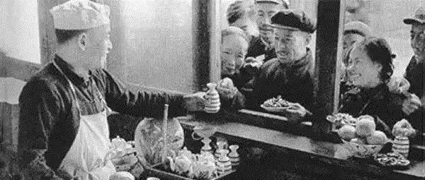 70年代吃饭老照片,瞬间刷爆朋友圈!