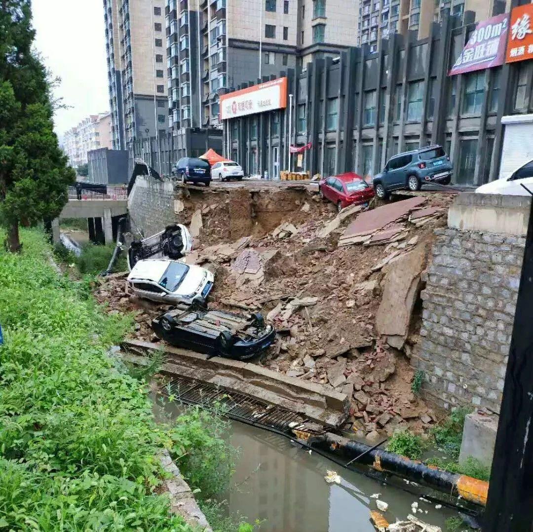 凌晨突发!烟台山水龙城附近一公共停车场发生塌陷!现场多车辆坠落……