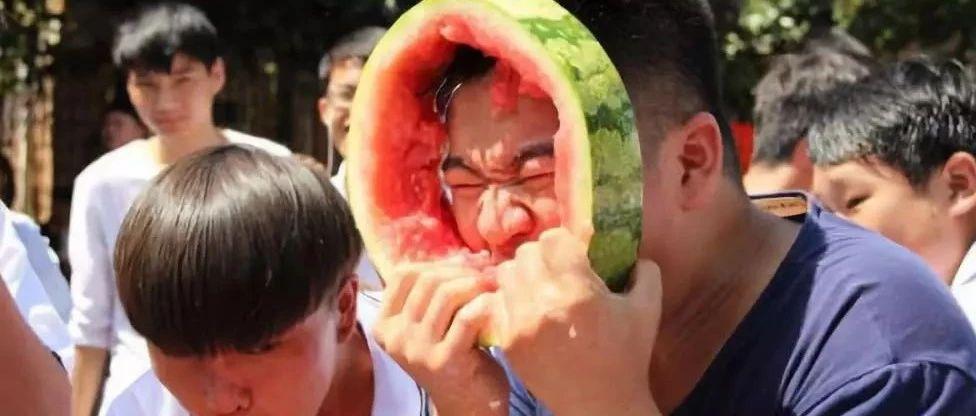 天街水世界7月19日喊你免�M吃西瓜啦!更有�T票等大��等你拿哦~~