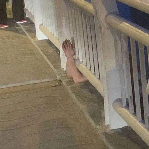 今晨5点!阜城北京路大桥上挂着个人…