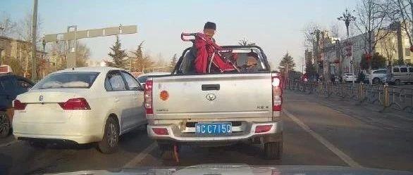 """皮卡车后车厢载小孩?太危险!勿让货车变""""祸车""""!"""