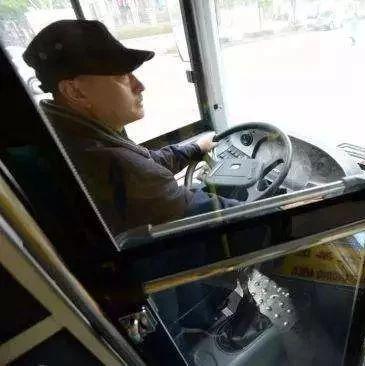 男子抢夺公交车方向盘获刑2年,交通安全不可轻视!