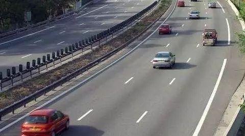 鄂E车主注意了!高速上开车千万不要打开它,不但耗油,而且很容易发生车祸!