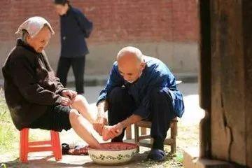 在枝江的这个冬天给爸妈洗一次脚吧