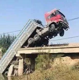 凌晨,一桥梁被大货车压塌,车头悬在半空!视频曝光