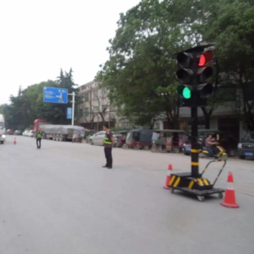 梅川镇小移动红绿灯保师生安全