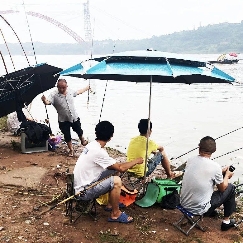 蹲守在滨江路江边的一群人