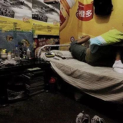 合江警察去捉人,屋头妻子谎称没人床上却躺起个男的…