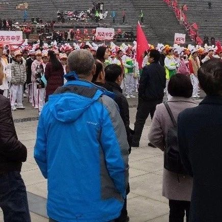 今天合江荔枝文化广场聚集这么多人,究竟是干嘛?
