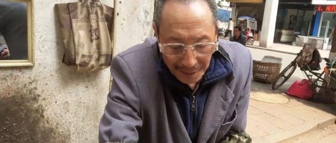 在合江老街的这条巷子里,我看到一个老人,正在做这事!