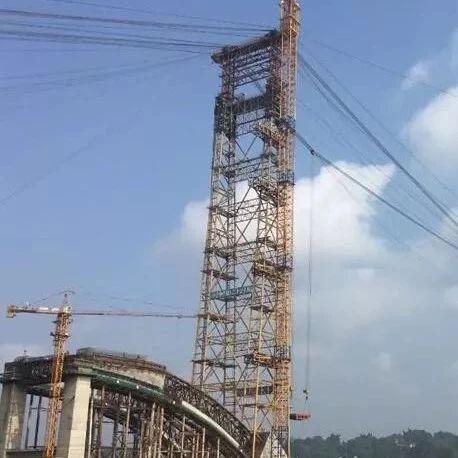合江长江公路大桥首节主拱于近日成功安装,标志着...