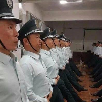 【�P注】你知道�幔窟@位阿拉善蒙古族��小伙走在���c�兵方�里