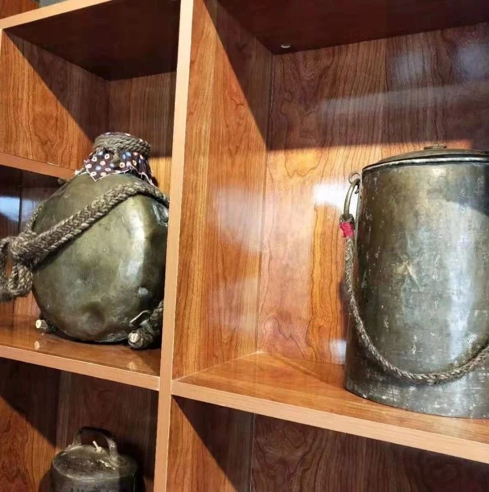 【蒙古文】阿拉善这个牧民带动全家收藏老物件,自办民俗博物馆