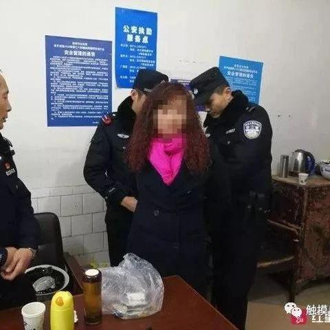 女逃犯来自贡看灯会被抓!被警方发现时正与家人合影