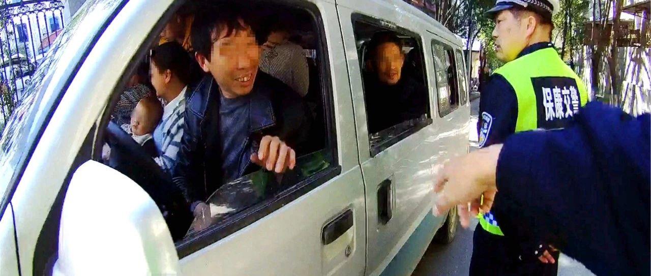 """15人!襄阳一面包车上演""""叠罗汉""""!"""