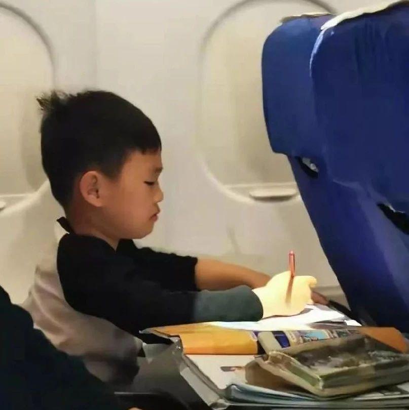 """""""飞机上所有孩子都在补作业"""",原谅我不厚道地笑了"""