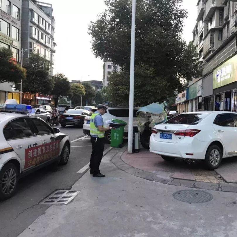 夹江交警夜间整治城区车辆违停顽疾改善交通环境