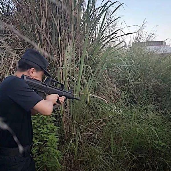民警对着TA,开枪了!