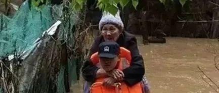 """""""爷爷,别怕,我背您!""""暴雨中的这张照片,看哭赣州人…"""