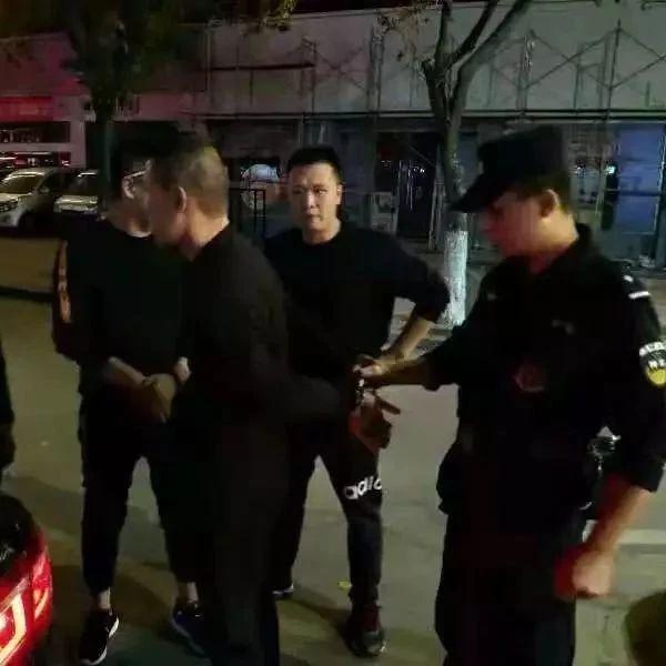 一民警在回家途中捡到一名被澳门巴黎人投注娱乐县公安局网上通缉的逃犯