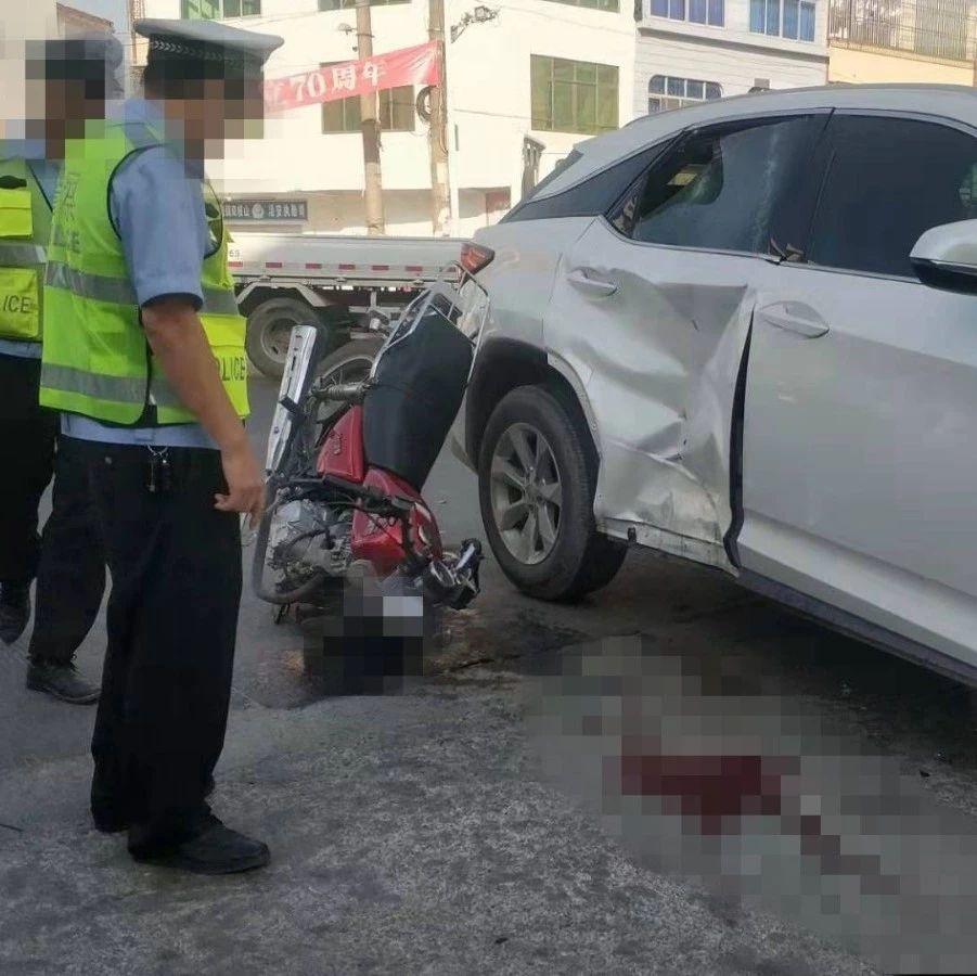 爆料|揭西某路口一摩托车与小车相撞,摩托车车头倒插在地…
