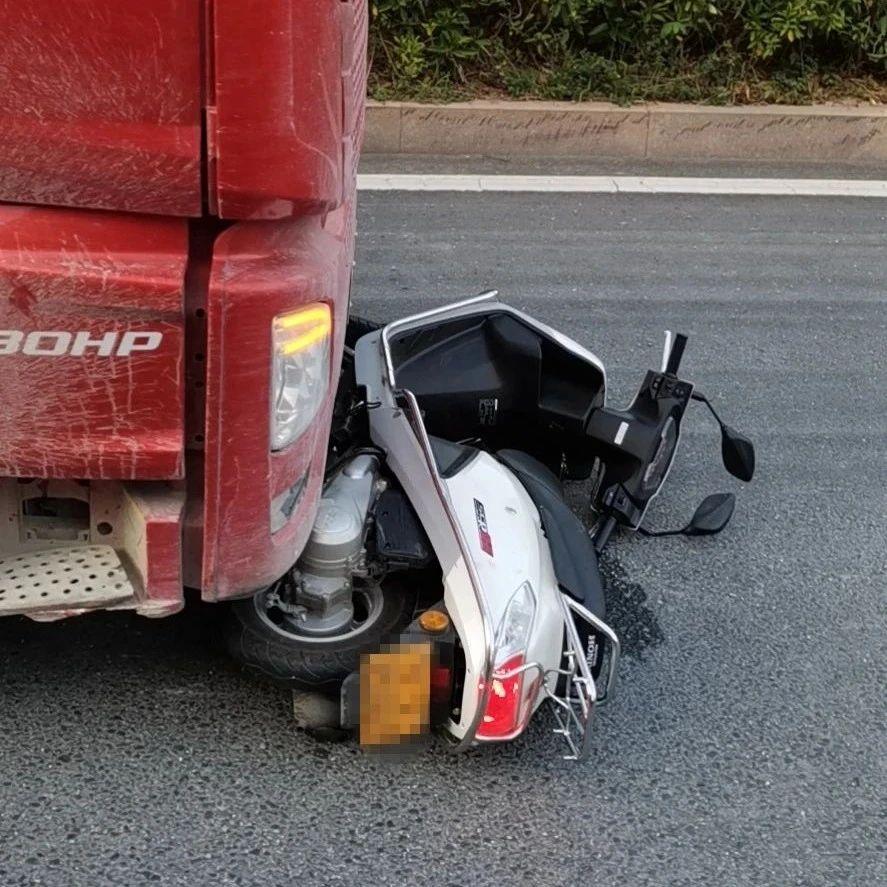 惊!揭西一辆摩托车被压在货车下......