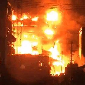 揭阳一厂房突发大火,燃烧整整一夜,整栋大楼轰然倒塌