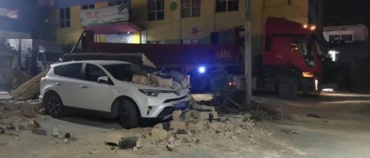 揭西某旅社附近一堵墙突然倒下,一轿车被压然倒下.........