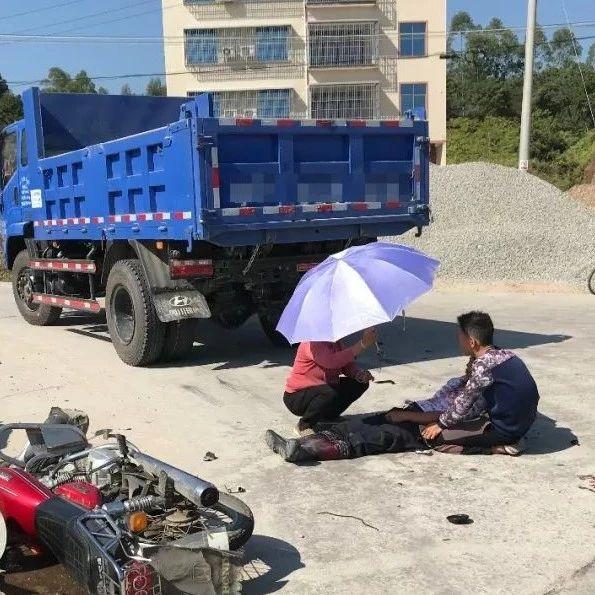 揭西某路口发生一起交通事故,致一人受伤倒地不起!