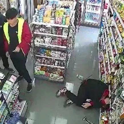 现场实拍:3名细后生反复骚扰,被便利店女店员随手飞出剪刀击中……