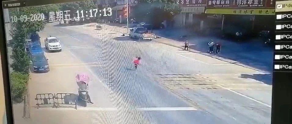 痛心!客家地区一小孩瞬间被撞飞!监控拍下惊险一幕