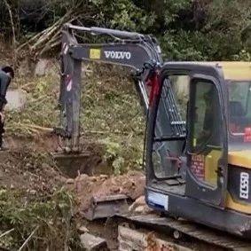 揭阳某镇出动挖掘机,集中迁移无主坟墓