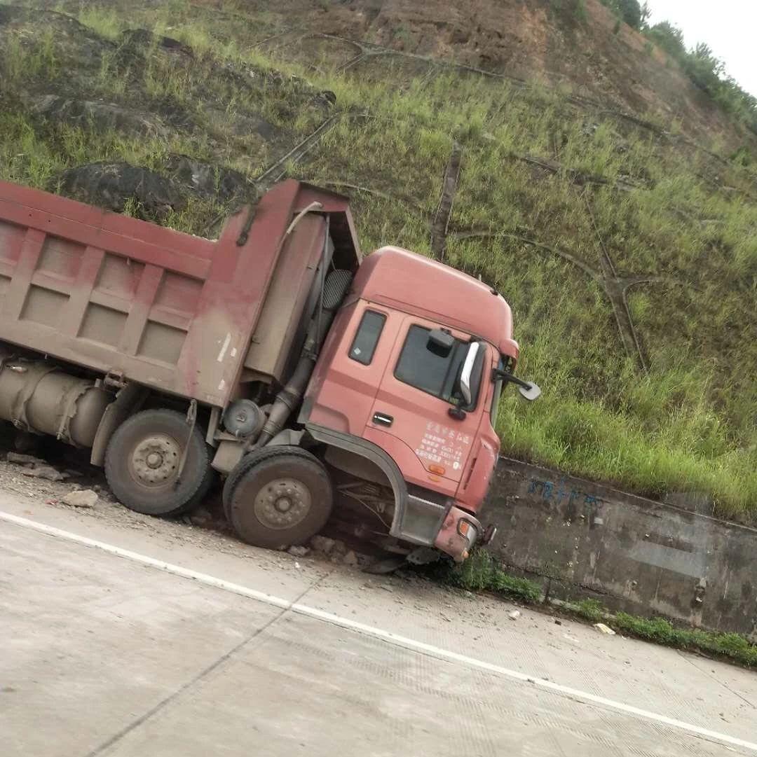 简讯三则|揭西一路段发生一起车祸,大货车冲坏路基水沟......