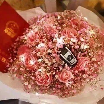 酸了!95后女孩带着房本和宝马车钥匙向男友求婚:未来我养你呀