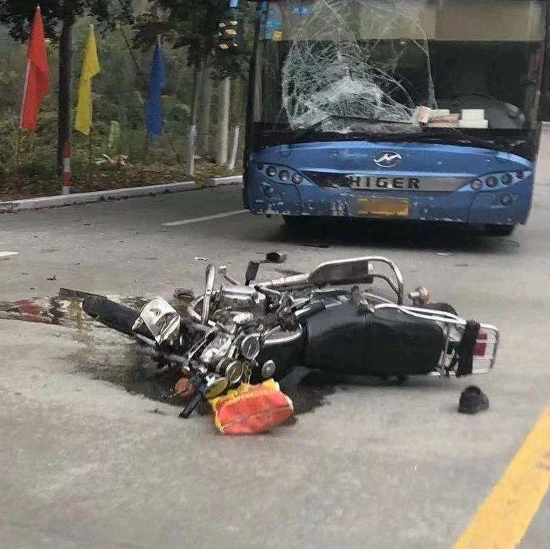 突发|揭西发生一起车祸,大巴挡风玻璃烂成蜘蛛网,一人躺在地上......