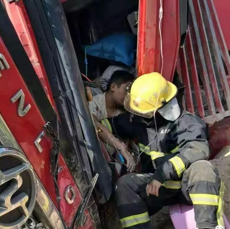 揭西大洋公路一大货车侧翻两人受伤被困,多部门联合紧急救援